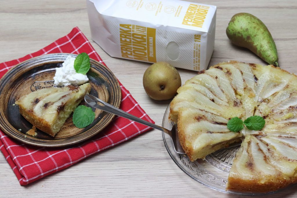 Obrátený koláč s hruškami zo špaldovej múky Pernerka